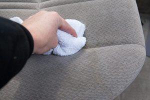 Cách làm sạch vết bẩn trên ghế sofa nỉ do mực đổ lên