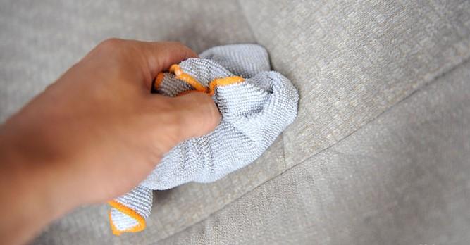 Cách làm sạch vết bẩn trên ghế sofa nỉ khi bị nước chè và cafe đổ lên