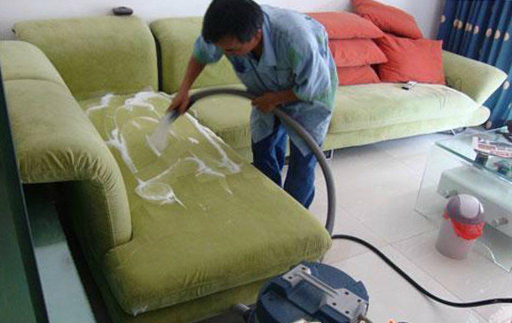 Mẹo xử lý khi bị đồ ăn đổ lên ghế sofa nhưng đã khô